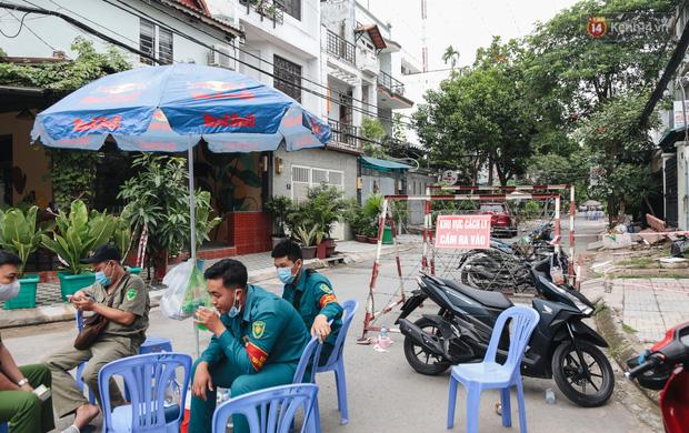 Cuộc sống của 40 hộ dân ở Sài Gòn trong ngày đầu cách ly: Bình tĩnh đón nhận, ngồi trước nhà nhưng vẫn đeo khẩu trang - Ảnh 1