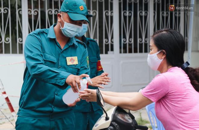 Cuộc sống của 40 hộ dân ở Sài Gòn trong ngày đầu cách ly: Bình tĩnh đón nhận, ngồi trước nhà nhưng vẫn đeo khẩu trang - Ảnh 10