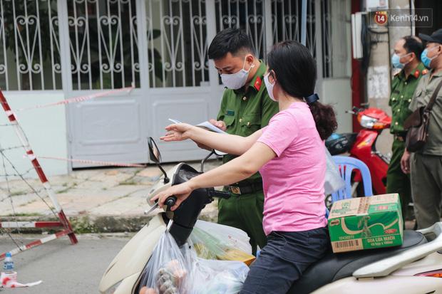 Cuộc sống của 40 hộ dân ở Sài Gòn trong ngày đầu cách ly: Bình tĩnh đón nhận, ngồi trước nhà nhưng vẫn đeo khẩu trang - Ảnh 13