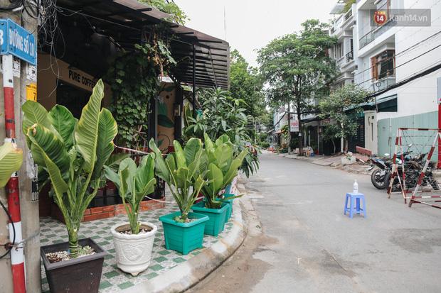 Cuộc sống của 40 hộ dân ở Sài Gòn trong ngày đầu cách ly: Bình tĩnh đón nhận, ngồi trước nhà nhưng vẫn đeo khẩu trang - Ảnh 2