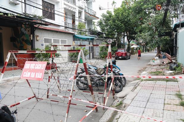Cuộc sống của 40 hộ dân ở Sài Gòn trong ngày đầu cách ly: Bình tĩnh đón nhận, ngồi trước nhà nhưng vẫn đeo khẩu trang - Ảnh 3