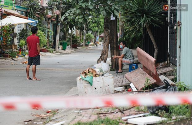 Cuộc sống của 40 hộ dân ở Sài Gòn trong ngày đầu cách ly: Bình tĩnh đón nhận, ngồi trước nhà nhưng vẫn đeo khẩu trang - Ảnh 4