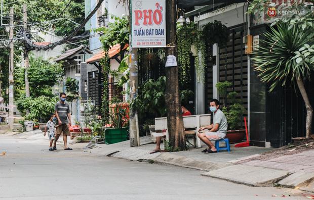 Cuộc sống của 40 hộ dân ở Sài Gòn trong ngày đầu cách ly: Bình tĩnh đón nhận, ngồi trước nhà nhưng vẫn đeo khẩu trang - Ảnh 5