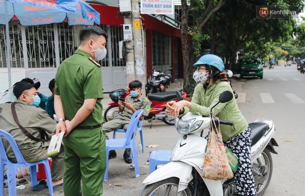 Cuộc sống của 40 hộ dân ở Sài Gòn trong ngày đầu cách ly: Bình tĩnh đón nhận, ngồi trước nhà nhưng vẫn đeo khẩu trang - Ảnh 6