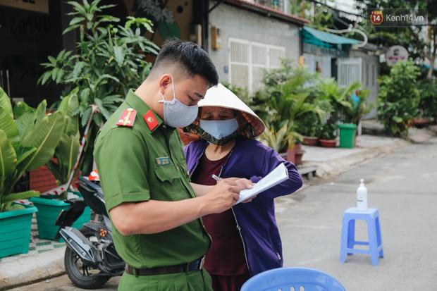 Cuộc sống của 40 hộ dân ở Sài Gòn trong ngày đầu cách ly: Bình tĩnh đón nhận, ngồi trước nhà nhưng vẫn đeo khẩu trang - Ảnh 7