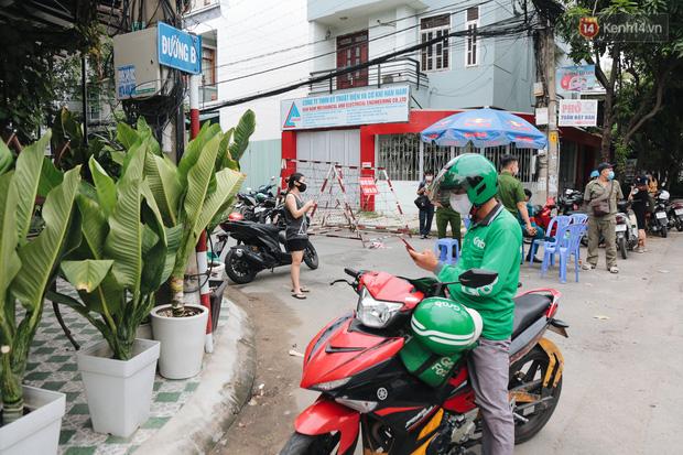 Cuộc sống của 40 hộ dân ở Sài Gòn trong ngày đầu cách ly: Bình tĩnh đón nhận, ngồi trước nhà nhưng vẫn đeo khẩu trang - Ảnh 8