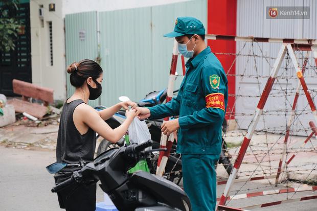 Cuộc sống của 40 hộ dân ở Sài Gòn trong ngày đầu cách ly: Bình tĩnh đón nhận, ngồi trước nhà nhưng vẫn đeo khẩu trang - Ảnh 9