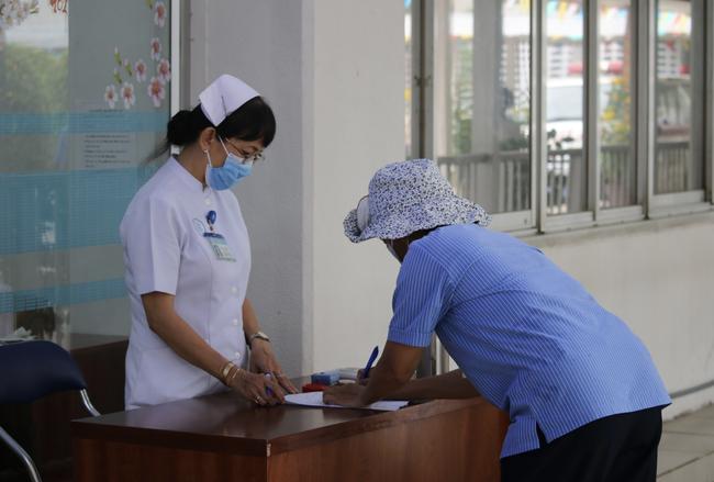 196 nhân viên Bệnh viện Chợ Rẫy liên quan đến bệnh nhân 449 và 450 đã có kết quả xét nghiệm COVID-19 - Ảnh 2