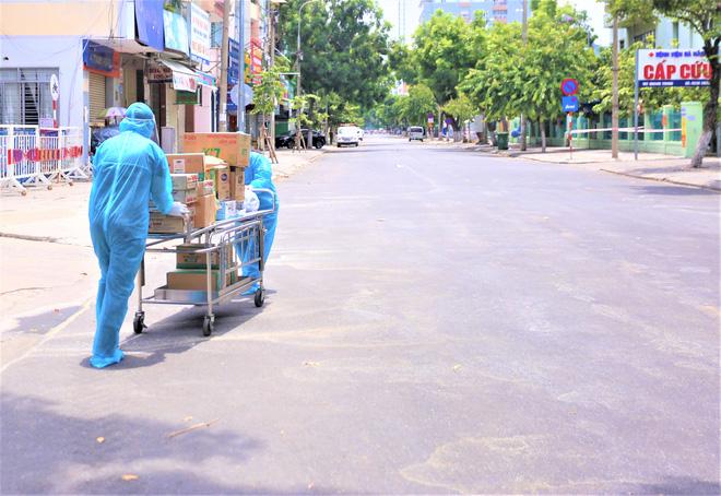 Người dân Đà Nẵng cùng mang nhu yếu phẩm 'tiếp tế' cho bệnh nhân, bác sĩ, công an trong khu cách ly: 'Các bạn cần gì cứ nói!' - Ảnh 11