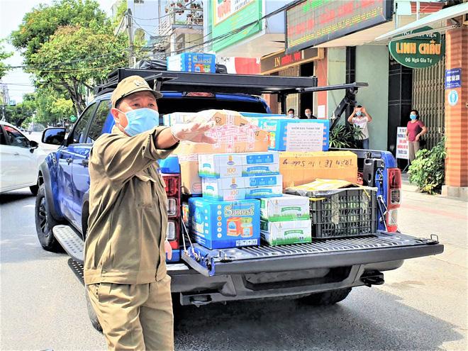 Người dân Đà Nẵng cùng mang nhu yếu phẩm 'tiếp tế' cho bệnh nhân, bác sĩ, công an trong khu cách ly: 'Các bạn cần gì cứ nói!' - Ảnh 12