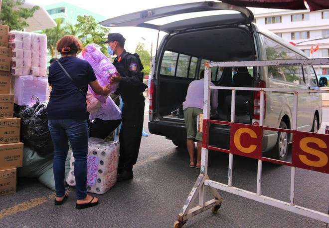 Người dân Đà Nẵng cùng mang nhu yếu phẩm 'tiếp tế' cho bệnh nhân, bác sĩ, công an trong khu cách ly: 'Các bạn cần gì cứ nói!' - Ảnh 13