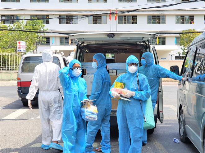 Người dân Đà Nẵng cùng mang nhu yếu phẩm 'tiếp tế' cho bệnh nhân, bác sĩ, công an trong khu cách ly: 'Các bạn cần gì cứ nói!' - Ảnh 14