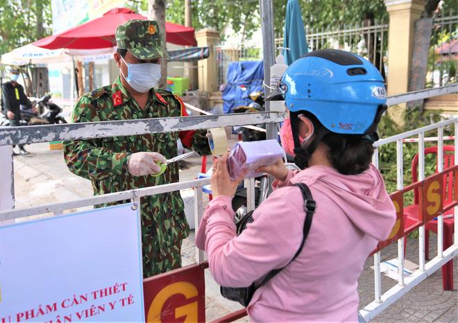 Người dân Đà Nẵng cùng mang nhu yếu phẩm 'tiếp tế' cho bệnh nhân, bác sĩ, công an trong khu cách ly: 'Các bạn cần gì cứ nói!' - Ảnh 15