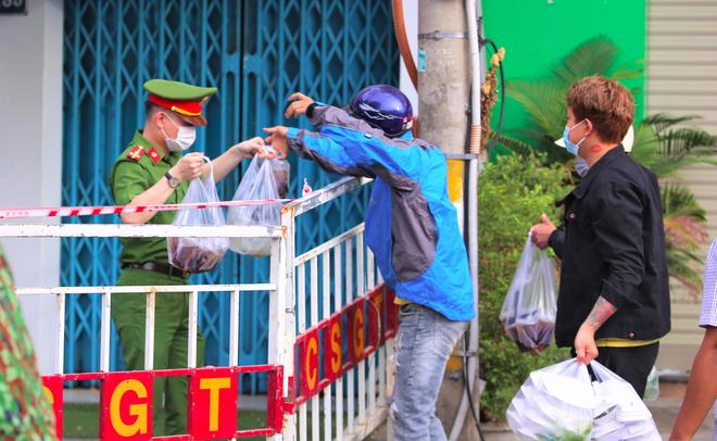 Người dân Đà Nẵng cùng mang nhu yếu phẩm 'tiếp tế' cho bệnh nhân, bác sĩ, công an trong khu cách ly: 'Các bạn cần gì cứ nói!' - Ảnh 16