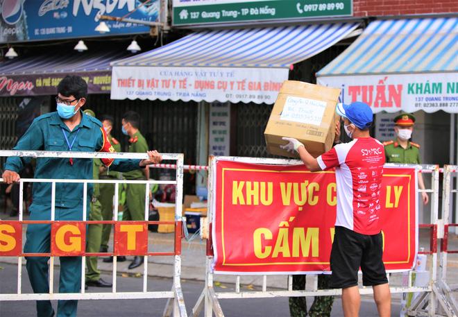 Người dân Đà Nẵng cùng mang nhu yếu phẩm 'tiếp tế' cho bệnh nhân, bác sĩ, công an trong khu cách ly: 'Các bạn cần gì cứ nói!' - Ảnh 17