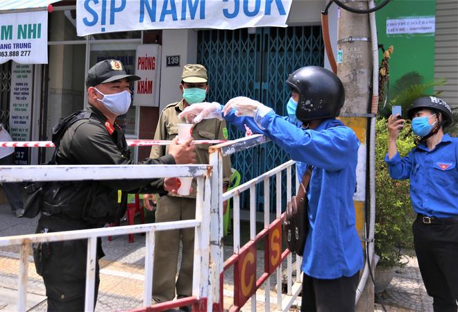 Người dân Đà Nẵng cùng mang nhu yếu phẩm 'tiếp tế' cho bệnh nhân, bác sĩ, công an trong khu cách ly: 'Các bạn cần gì cứ nói!' - Ảnh 18