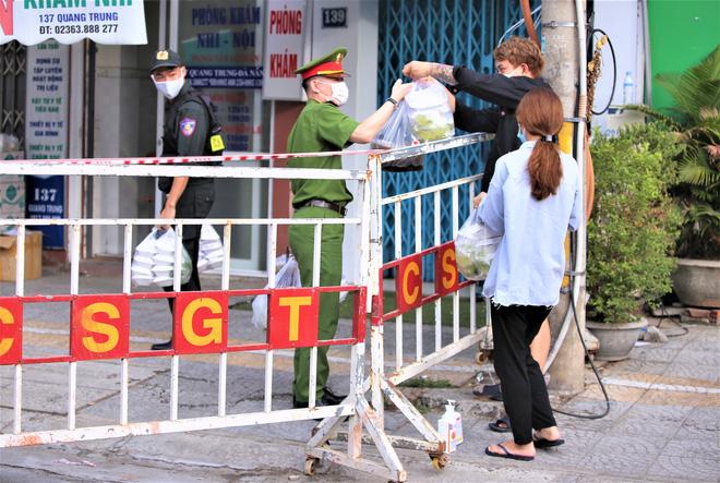 Người dân Đà Nẵng cùng mang nhu yếu phẩm 'tiếp tế' cho bệnh nhân, bác sĩ, công an trong khu cách ly: 'Các bạn cần gì cứ nói!' - Ảnh 19