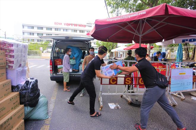 Người dân Đà Nẵng cùng mang nhu yếu phẩm 'tiếp tế' cho bệnh nhân, bác sĩ, công an trong khu cách ly: 'Các bạn cần gì cứ nói!' - Ảnh 4