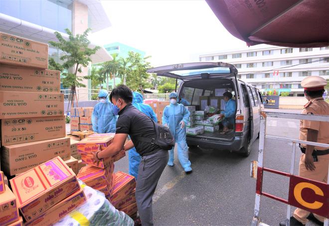 Người dân Đà Nẵng cùng mang nhu yếu phẩm 'tiếp tế' cho bệnh nhân, bác sĩ, công an trong khu cách ly: 'Các bạn cần gì cứ nói!' - Ảnh 5