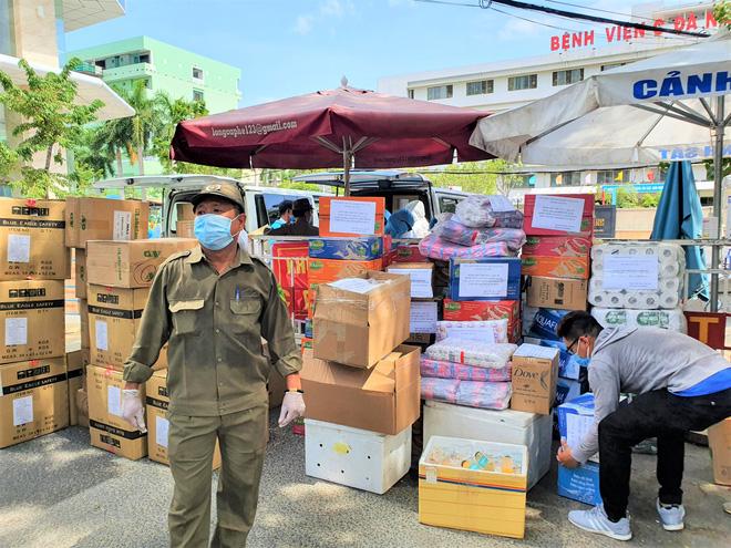 Người dân Đà Nẵng cùng mang nhu yếu phẩm 'tiếp tế' cho bệnh nhân, bác sĩ, công an trong khu cách ly: 'Các bạn cần gì cứ nói!' - Ảnh 7