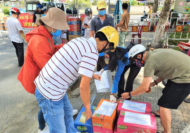 Người dân Đà Nẵng cùng mang nhu yếu phẩm 'tiếp tế' cho bệnh nhân, bác sĩ, công an trong khu cách ly: 'Các bạn cần gì cứ nói!' - Ảnh 9