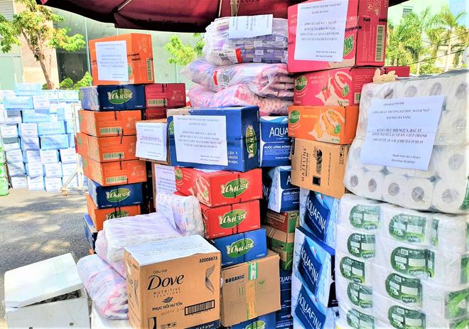 Người dân Đà Nẵng cùng mang nhu yếu phẩm 'tiếp tế' cho bệnh nhân, bác sĩ, công an trong khu cách ly: 'Các bạn cần gì cứ nói!' - Ảnh 10