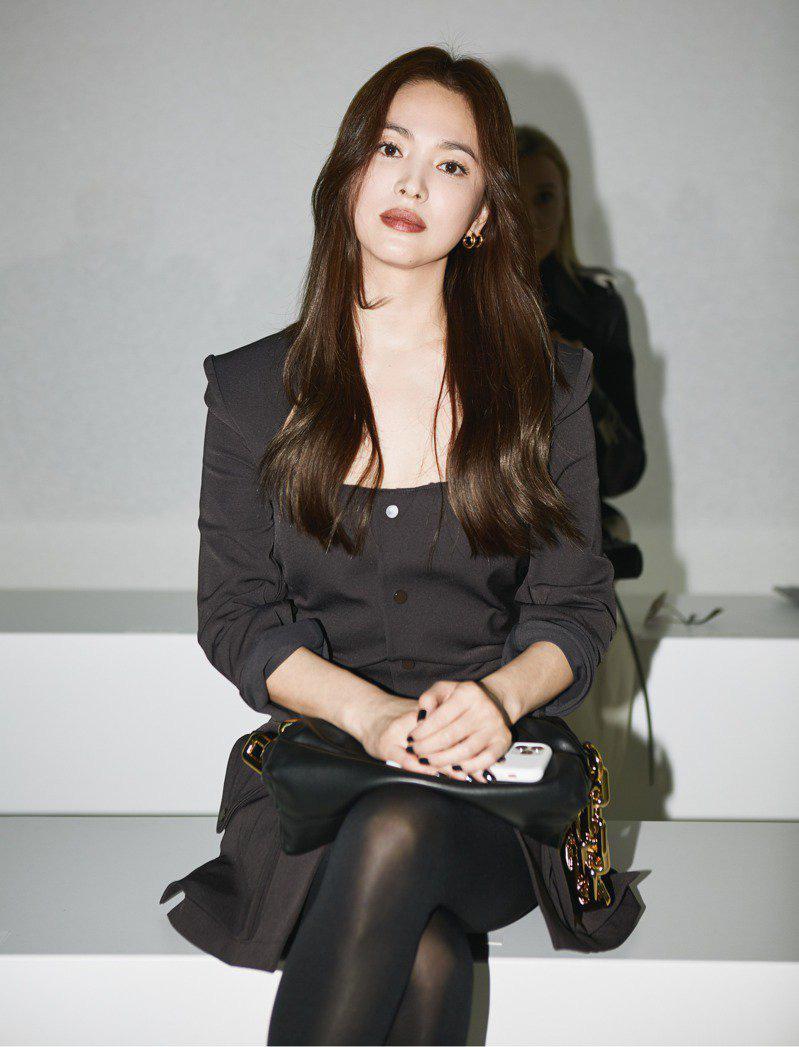 Nghịch lý Song Hye Kyo: Làm mẫu thời trang thì bị chê, quảng bá trang sức lại sang như bà hoàng - Ảnh 1