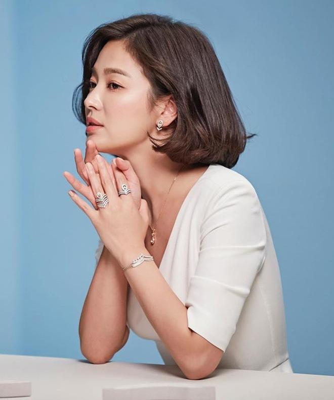 Nghịch lý Song Hye Kyo: Làm mẫu thời trang thì bị chê, quảng bá trang sức lại sang như bà hoàng - Ảnh 10