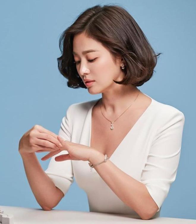 Nghịch lý Song Hye Kyo: Làm mẫu thời trang thì bị chê, quảng bá trang sức lại sang như bà hoàng - Ảnh 12