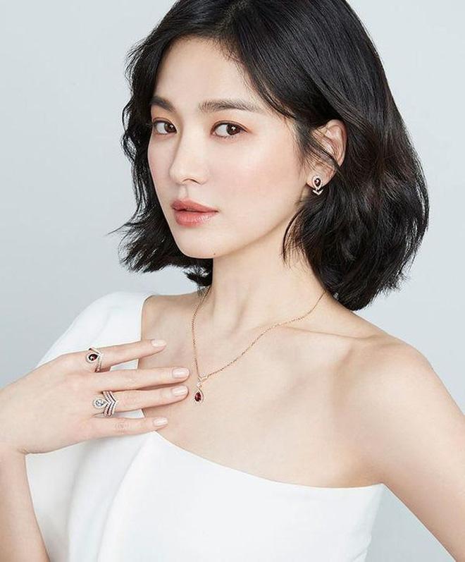 Nghịch lý Song Hye Kyo: Làm mẫu thời trang thì bị chê, quảng bá trang sức lại sang như bà hoàng - Ảnh 13