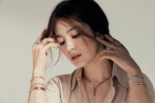 Nghịch lý Song Hye Kyo: Làm mẫu thời trang thì bị chê, quảng bá trang sức lại sang như bà hoàng - Ảnh 6