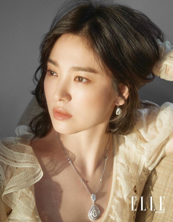 Nghịch lý Song Hye Kyo: Làm mẫu thời trang thì bị chê, quảng bá trang sức lại sang như bà hoàng - Ảnh 8
