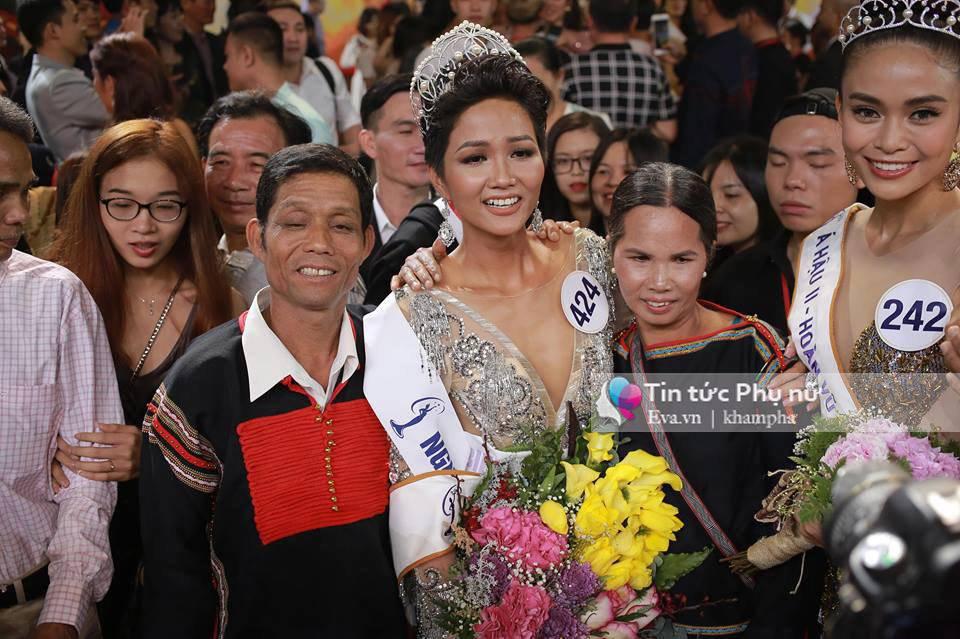 Bố H'Hen Niê: 'Mình phải mượn 1 triệu từ chỗ làm thuê để đi xem con gái thi Hoa hậu' - Ảnh 1
