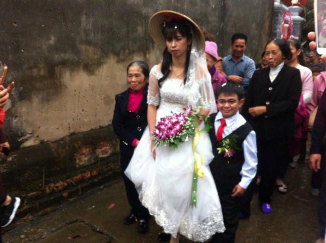 Chú rể thấp hơn cô dâu 70 cm trong đám cưới ở Hà Nam - Ảnh 1