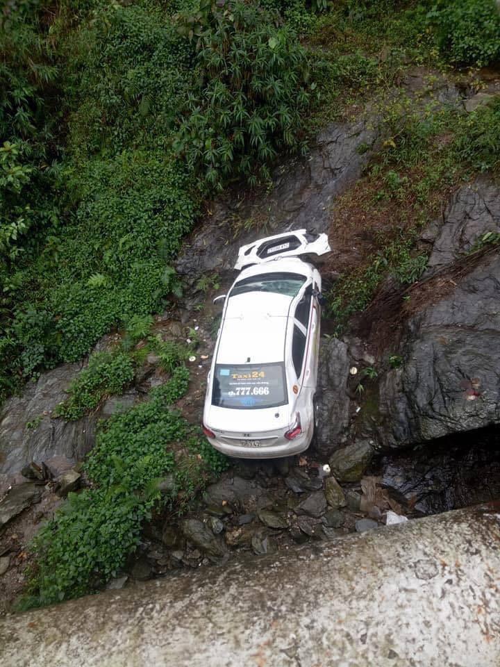 Lào Cai: Xe taxi lao từ trên cầu xuống rồi nằm gọn dưới khe suối - Ảnh 1