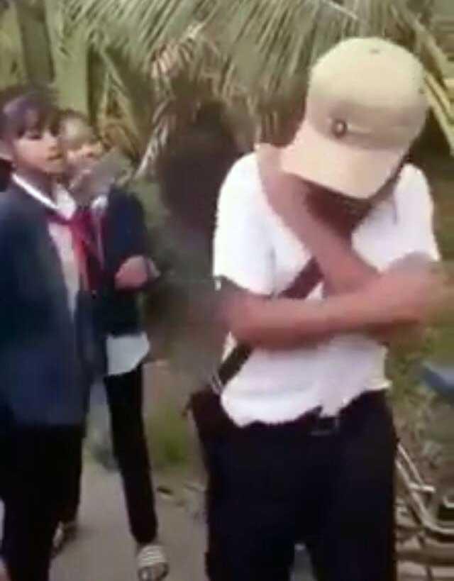 Vĩnh Long: Nam sinh ôm mặt khóc xin tha khi bị nhóm bạn nữ chặn đường đánh đập, dọa giết - Ảnh 1