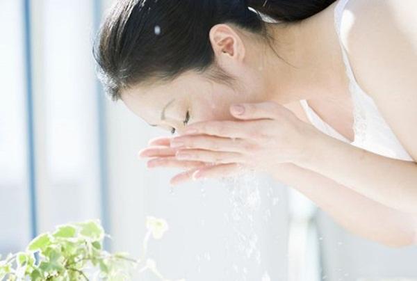 Trời lạnh dưới 20 độ da mốc meo cứ xoa phấn rôm vài vòng rồi úp mặt vào chậu nước 30 giây, da liền căng mướt, mịn màng chẳng cần thoa kem - Ảnh 3