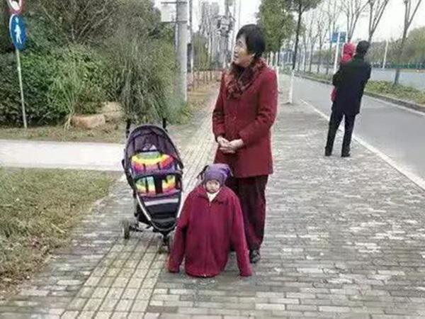 Bức ảnh thảm họa thời trang 'made by ông bà' gây sốt mạng, biểu cảm bất lực của đứa trẻ khiến ai nấy cười xỉu