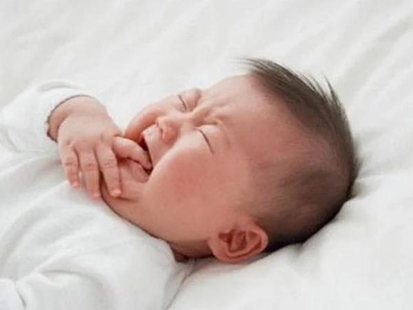 Quấy khóc, bé trai 6 tháng tuổi bị cha bịt miệng suýt chết