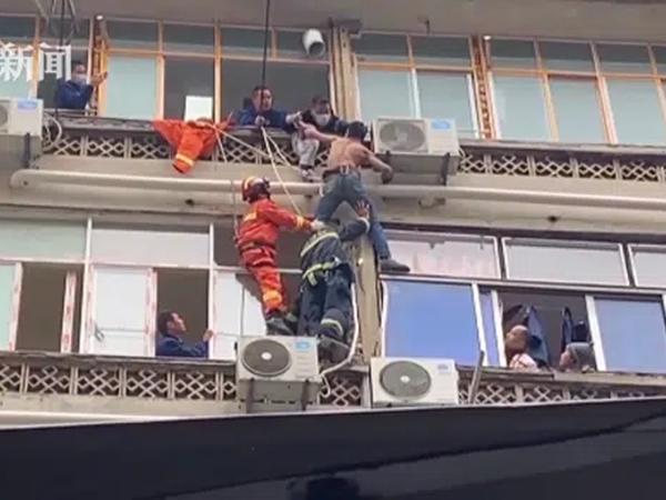 Bất ngờ treo lơ lửng ở tầng 6, gã đàn ông liên tục vùng vẫy chống đối khi được cứu, danh tính được hé lộ khiến người dân thở phào