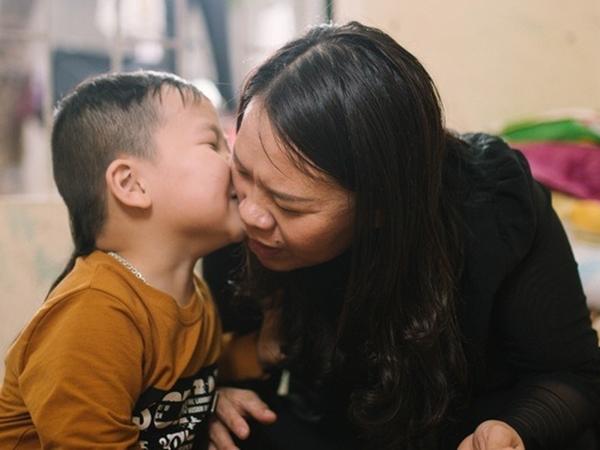 Bé 18 tháng không nói tiếng Việt mà đòi giao tiếp bằng tiếng Anh, mẹ tưởng con bị tự kỷ đem đi kiểm tra thì bất ngờ với kết quả