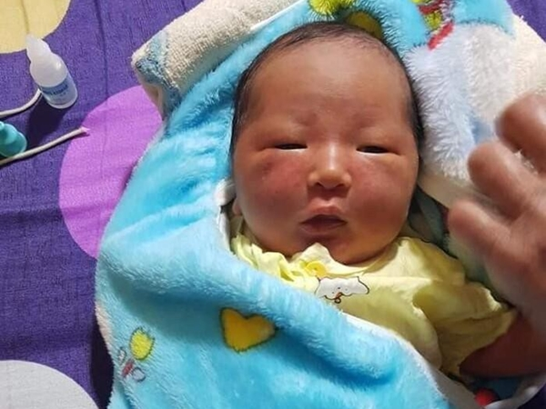 Bé gái sơ sinh bị bỏ rơi giữa cánh đồng trong đêm, người tím tái vì lạnh khiến ai cũng xót xa