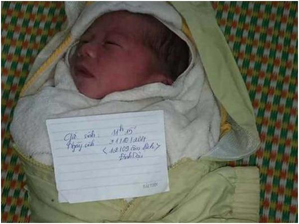 Bé trai sơ sinh bị bỏ rơi trong túi xách trước cổng trạm y tế xã
