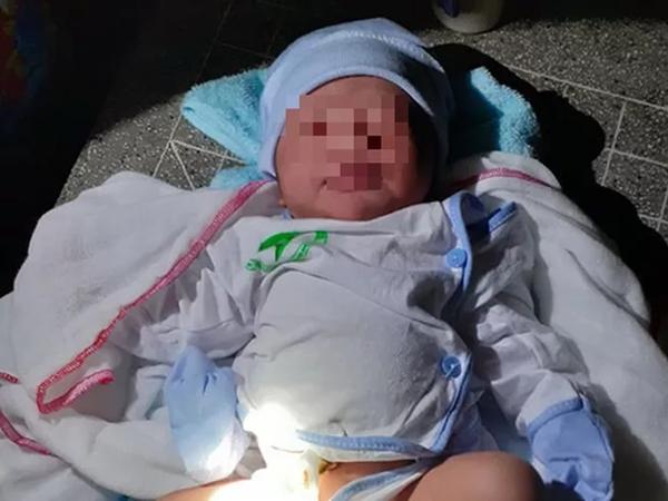 Vụ bé trai bị bỏ rơi dưới chân cầu: Camera bệnh viện ghi lại cảnh tượng đau lòng
