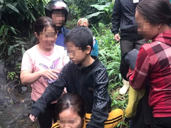 Giải cứu 2 bé trai bị lạc trong rừng sâu do bố... để quên