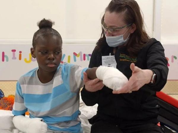 Biến chứng vì COVID-19, bé trai 10 tuổi phải cắt cụt tay chân