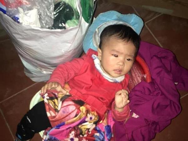 Bị bỏ trước cổng chùa kèm lời nhắn 'sẽ không quay lại đón', bé 8 tháng tuổi khóc đỏ mắt tìm mẹ