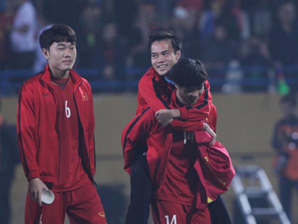 Cảm động hình ảnh Công Phượng cõng Văn Toàn rời sân sau trận đấu
