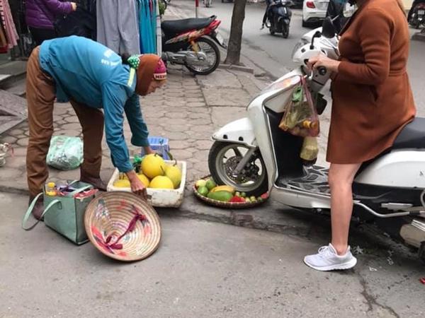 Bức xúc vì cụ bà bán hàng rong ngồi trước cửa, người phụ nữ lái xe máy cán nát mẹt hoa quả