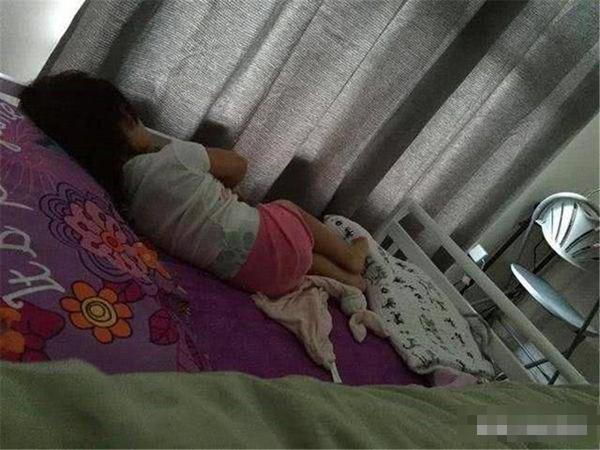 Bé gái 5 tuổi ngủ một mình nhưng luôn nói giường rất chật, mẹ lén xem camera thì bật khóc